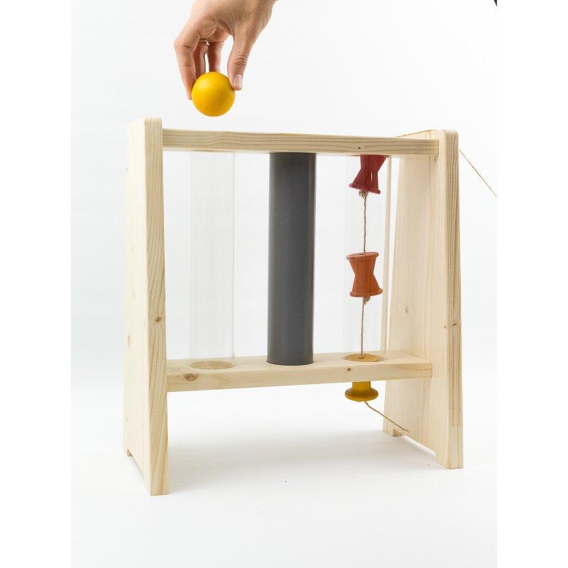 estructura con tubos para jugar a tirar objetos